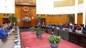 Thủ tướng Nguyễn Xuân Phúc tiếp Nhóm các nhà đầu tư quốc tế do ông Nirukt Sapru, Tổng Giám đốc Ngân hàng Standard Chartered tại Việt Nam dẫn đầu.