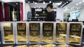Giá vàng thế giới giảm 1% do đồng USD tăng mạnh lên