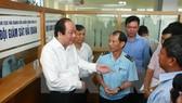 Bộ trưởng Mai Tiến Dũng cùng các đại biểu làm việc tại Chi cục Hải quan Cửa khẩu cảng Đình Vũ, Hải Phòng. (Ảnh: Lâm Khánh/TTXVN)