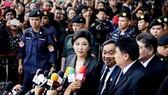 Cựu Thủ tướng Thái Lan Yingluck Shinawatra trả lời báo giới trước Tòa án Tối cao tại Bangkok ngày 1-8-2017. Ảnh: NIKKEI ASIAN REVIEW