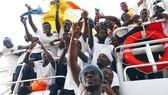 Người di cư châu Phi được tổ chức SOS Mediterranee cứu ngoài khơi vùng biển Libya trên biển Địa Trung Hải ngày 15-9