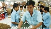 Sản xuất đèn Compact tại Công ty cổ phần Bóng đèn Điện Quang. Ảnh: Cao Thăng