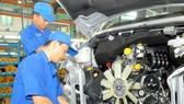 Lắp ráp ô tô tại một đơn vị ở TPHCM. Ảnh: CAO THĂNG