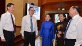 Bí thư Thành ủy TPHCM Nguyễn Thiện Nhân trao đổi cùng các đồng chí lãnh đạo TP tại Hội nghị Thành ủy. Ảnh: Việt Dũng
