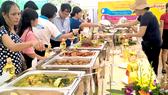 Khu ẩm thực cá tra của Tập đoàn Sao Mai thu hút đông đảo khách tham quan.