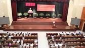 Các đại biểu nghe báo cáo nhanh kết quả Hội nghị TW 6 - Ảnh: MAI HOA