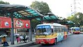 Xe buýt vận chuyển khách tại điểm trung chuyển Long Biên, Hà Nội. (Ảnh minh họa: Huy Hùng/TTXVN)