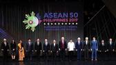 Lãnh đạo các thành viên ASEAN và các đối tác chụp ảnh kỷ niệm 50 năm thành lập ASEAN tại Manila