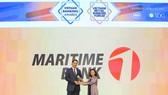 Ông Huỳnh Bửu Quang – TGĐ Maritime Bank nhận giải thưởng từ bà Lê Thị Kim Xuân – Trưởng đại diện phía Nam của Hiệp hội Ngân hàng Việt Nam