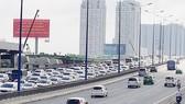 Hàng ngàn ô tô nối đuôi nhau hướng vào trung tâm thành phố