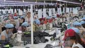 May hàng xuất khẩu tại Công ty Cổ phần Dệt may Huế. (Ảnh: Quốc Việt/TTXVN)