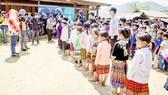 Cả nhóm đang trao tặng quà cho các em học sinh tỉnh Đắk Nông