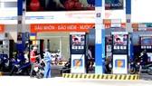 Chi nhánh xăng dầu số 11 (Công ty Xăng dầu khu vực 2) không ngừng bán xăng khi xe bồn đến bơm xăng xuống kho (ảnh chụp sáng 21-5)
