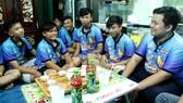 Nguyễn Văn Phú (bìa phải) trò chuyện, khuyên nhủ các bạn trẻ tích cực tham gia các hoạt động từ thiện để sống tốt hơn