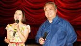 Diễn viên Ngọc Trinh và nghệ sĩ Khánh Hoàng - nguyên Giám đốc Nhà hát Kịch TPHCM trong ngày công bố hợp tác