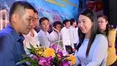 Đại diện Huyện Củ Chi tặng hoa cám ơn các đơn vị đóng góp ủng hộ quỹ chăm lo cho gia đình chính sách. Ảnh: VIỆT DŨNG