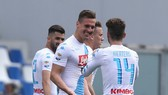 Arkadiusz Milik (giữa, Napoli) mừng bàn thắng cùng Dries Mertens.