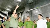 Đoàn kiểm tra khu vực đặt máy phát điện của cơ sở