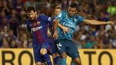Messi (trái) tranh bóng với Casemiro