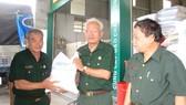 Trung tướng Lê Thành Tâm (phải) chuyển gạo lên xe đưa đi cứu trợ  đồng bào các tỉnh miền Trung bị ảnh hưởng cơn bão số 10 vừa qua