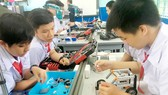 Học sinh Trường THCS Lê Quý Đôn, quận 3, hào hứng say mê với ý tưởng sáng tạo ở phòng thực hành STEM