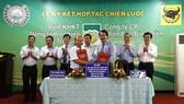 Công ty CP phân bón Bình Điền (phải) ký hợp tác chiến lược giai đoạn 2017-2022 với Viện WASI.