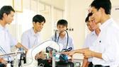 Học sinh Trường Trung cấp Kỹ thuật Công nghệ Hùng Vương thực hành nghề cơ điện tử.