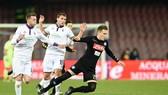 Federico Bernardeschi (trái, Fiorentina) phạm lỗi với Piotr Zielinski (Napoli).