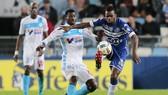 Bastia (phải) đang được kỳ vọng sẽ thoát khỏi nhóm xuống hạng thần kỳ trước Marseille.