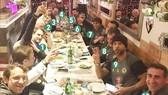 Conte (số 7) cùng các cộng sự tại nhà hàng Gola.