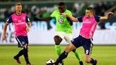 Wolfsburg (trái) có thể tránh được suất phải dự vòng play-off vào cuối mùa.
