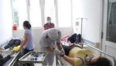Bệnh nhân được cấp cứu tại bệnh viện. (Ảnh: Huỳnh Phúc Hậu/TTXVN)