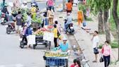 Vẫn còn tình trạng chiếm dụng lòng lề đường trên địa bàn thành phố (ảnh chụp ngày 25-5) Ảnh: THÀNH TRÍ