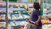 Người tiêu dùng lựa chọn sản phẩm organic tại siêu thị Co.opMart TPHCM