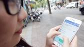 Người dân sử dụng ứng dụng quản lý vi phạm đô thị của quận Bình Thạnh                                                                                                                    Ảnh: KỲ LÂM