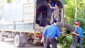 Đoàn viên thanh niên lắp đặt đường ống dẫn nước
