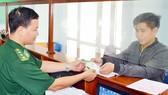 Sau khi khai báo hồ sơ qua internet, người dân, doanh nghiệp chỉ cần đến trụ sở nhận giấy tờ  (Ảnh do đơn vị cung cấp)