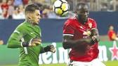 Thủ thành Ederson (trái) với pha ra băng ra đáng thất vọng, tạo cơ hội cho Lukaku ghi bàn.