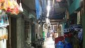 Trong các con hẻm sâu, thiếu ánh sáng ở khu Mả Lạng, có những căn nhà rất nhỏ, lụp xụp