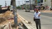 Ông Nguyễn Văn Việt giám sát một công trình thi công trên địa bàn phường