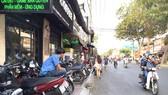 Mặc dù vỉa hè đường Nguyễn Thị Minh Khai (phường Đa Kao, quận 1) chỉ rộng hơn 1m nhưng các quán cà phê vẫn chiếm hết diện tích làm chỗ đậu xe máy, đẩy người đi bộ xuống lòng đường