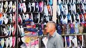 Mặt hàng giày nhái thương hiệu bày bán trên thị trường                                                                               Ảnh: THÀNH TRÍ