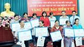 Hội CTĐ quận Bình Tân tặng thẻ BHYT cho người nghèo