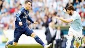 Cristiano Ronaldo (trái) tiếp tục đưa Real Madrid bay cao