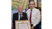 Bí thư Thành ủy TPHCM Nguyễn Thiện Nhân trao huy hiệu 70 năm tuổi đảng cho đồng chí Nguyễn Ngọc Cẩm. Ảnh:Việt Dũng