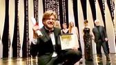 Đạo diễn Ruben Ostlund hạnh phúc với chiến thắng Cành cọ vàng Ảnh: REUTERS