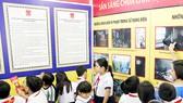 Học sinh thích thú tìm hiểu các thiết bị phòng cháy chữa cháy và nghe kể về những vụ tai nạn điện, cháy nổ