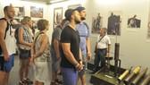 Du khách tham quan Bảo tàng Chứng tích chiến tranh    Ảnh: THÀNH TRÍ