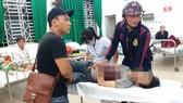 Nạn nhân Trần Viết Đức được cấp cứu tại bệnh viện.