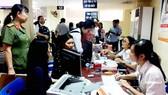 Dịch vụ trực tuyến của Phòng Quản lý Xuất nhập cảnh, Công an TPHCM được nhiều người dân sử dụng Ảnh: HỒNG NHUNG